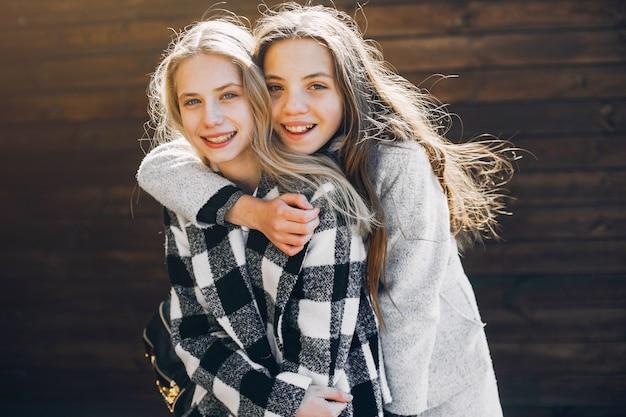 Deux jolies filles dans un parc de printemps