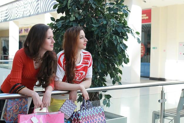 Deux jolies filles font du shopping dans le centre commercial