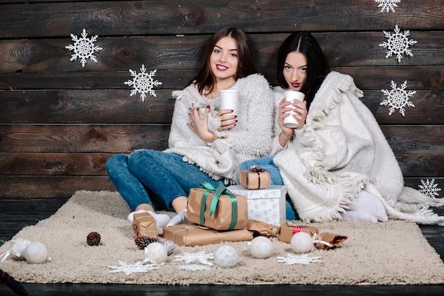 Deux jolies jeunes femmes drôles amis câlins souriant et câlins ensemble