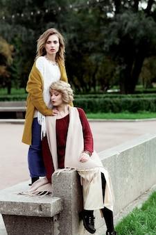 Deux jolies jeunes femmes heureuses, tir de mode