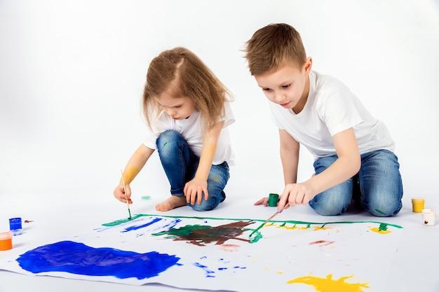 Deux jolis amis garçon et fille dessinent des peintures de peintures