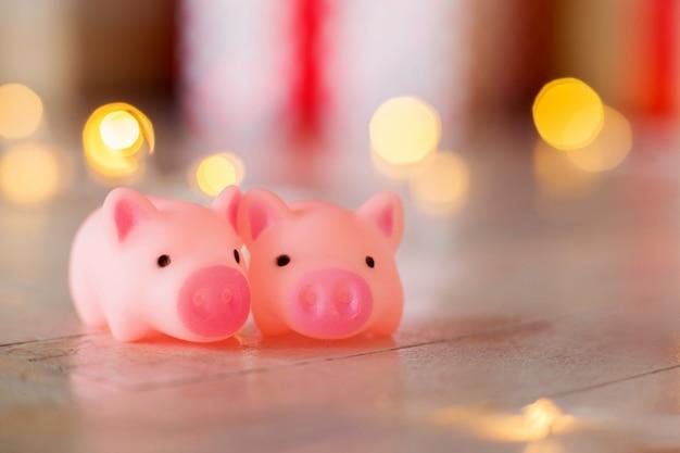 Deux jouets un cochon dans le contexte du nouvel an, bokeh