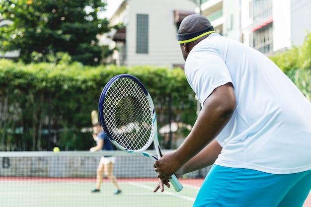 Deux joueurs dans un match de tennis