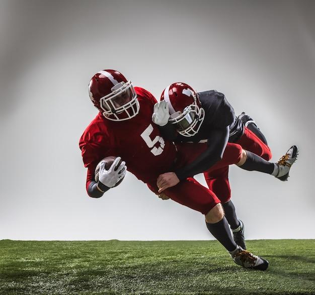 Les deux joueurs de football américain en action