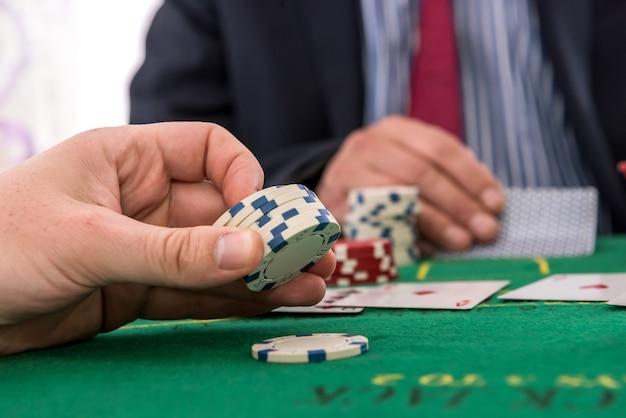 Deux joueurs jouant des jetons de poker et des cartes ou du blackjack au casino. concept de jeu