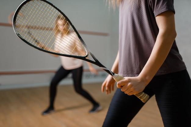 Deux joueuses avec raquettes, jeu de squash