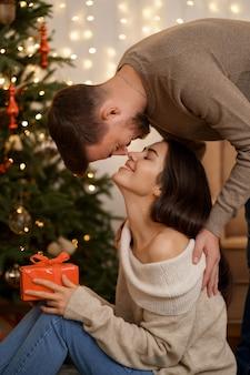 Deux joyeux belle douce tendre belle adorable mignonne épouses mariées romantiques mari et femme