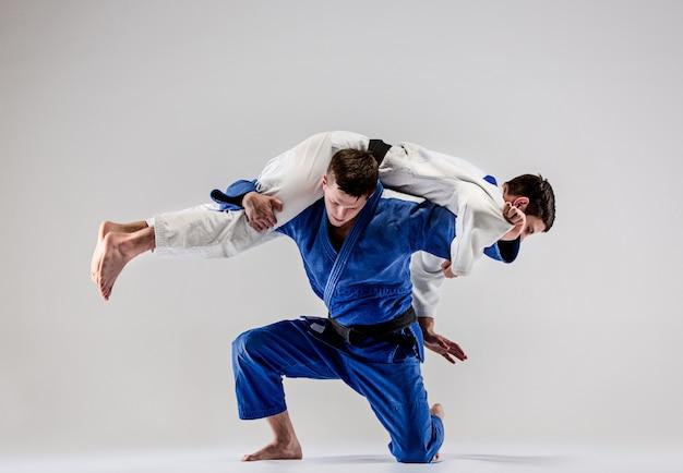 Les deux judokas combattant les hommes