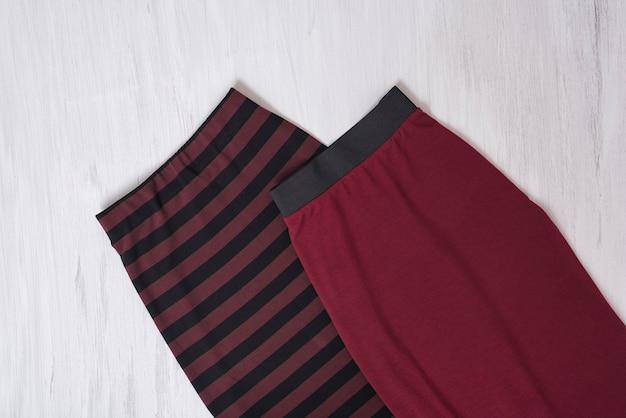 Deux jupes bordeaux. concept à la mode