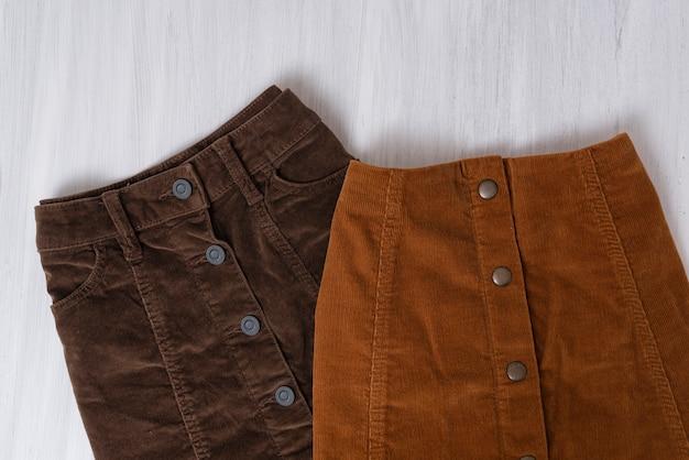 Deux jupes marron sur bois