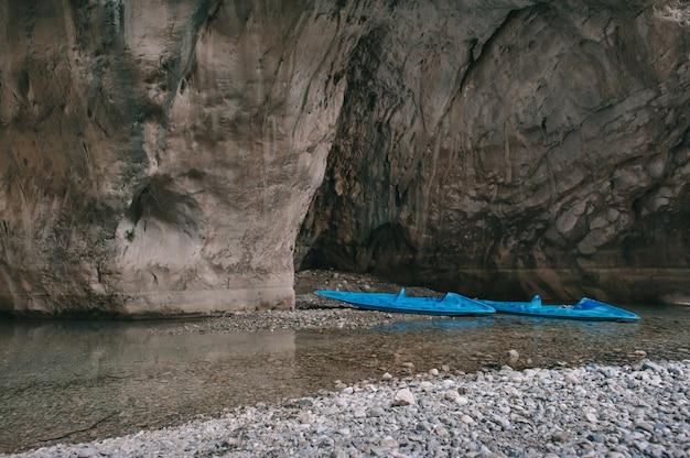 Deux kayaks dans le magnifique canyon goynuk