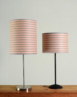 Deux lampes en métal avec des abat-jours à rayures