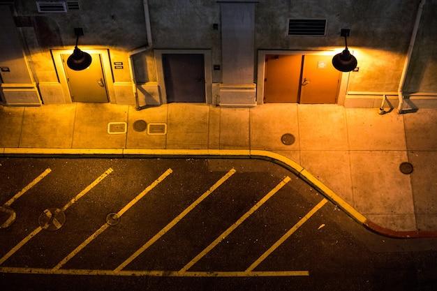 Deux lampes rondes allumées de trottoir de rue