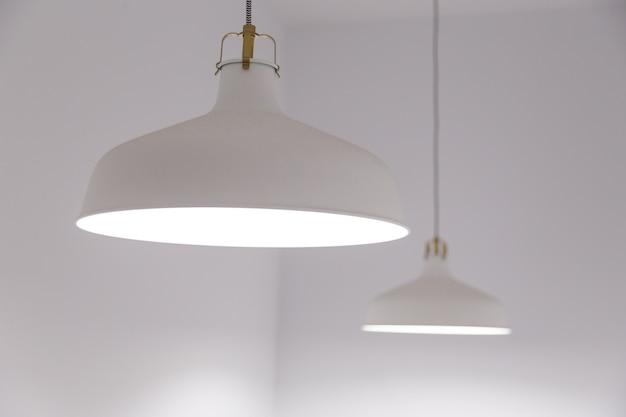 Deux lampes suspendues classiques au plafond