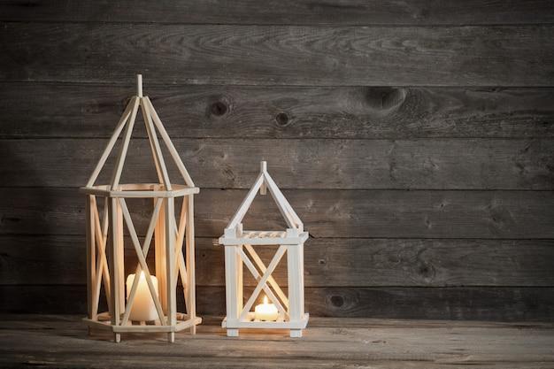 Deux lanternes en bois sur la vieille scène rustique