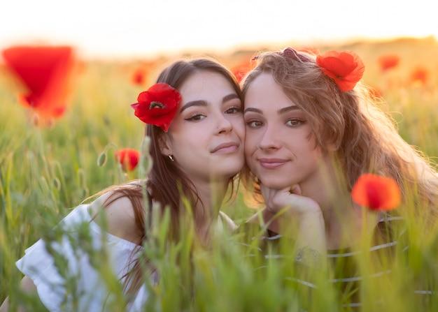 Deux, lesbiennes, filles, champ, fleurs