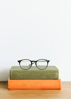 Deux livres et une paire de lunettes