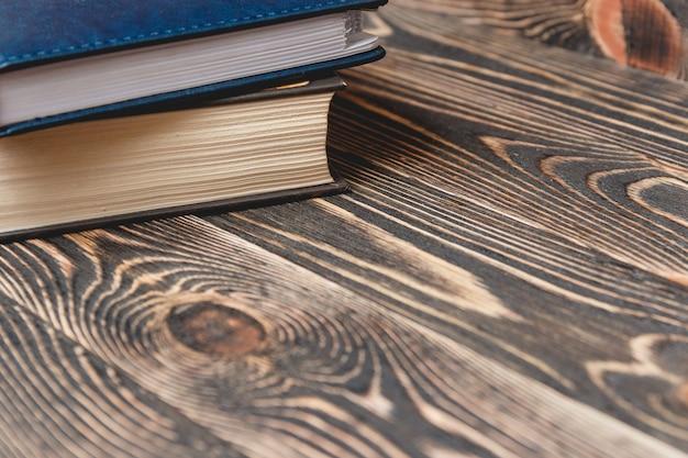 Deux livres se bouchent.