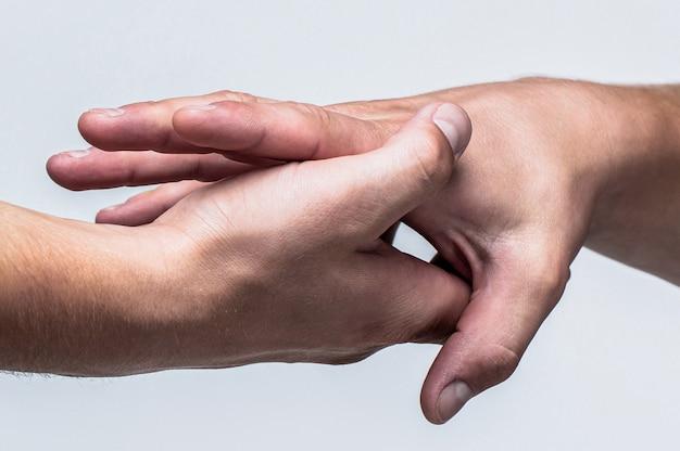 Deux mains, bras aidant d'un ami, travail d'équipe. sauvetage, geste d'aide ou mains. gros plan sur la main d'aide. concept de coup de main, soutien
