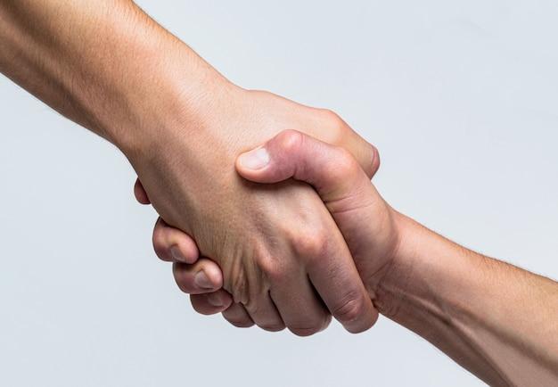 Deux mains, bras secourable d'un ami, travail d'équipe. sauvetage, geste d'aide ou mains. gros plan de la main d'aide. concept d'aide, soutien. aider la main tendue, bras isolé, salut.