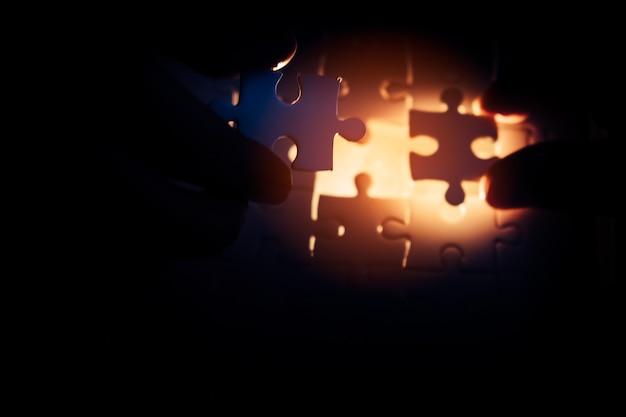 Deux mains essayant de relier la pièce de puzzle de couple. une partie de l'ensemble