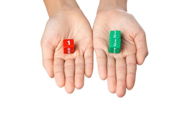 Deux mains tenant des dés de fraction