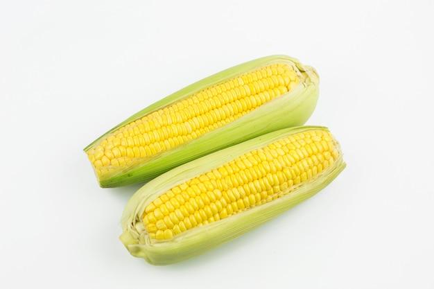 Deux maïs frais isolé sur fond blanc
