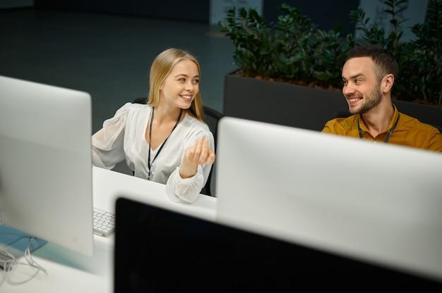 Deux managers travaillent sur des ordinateurs dans un bureau informatique