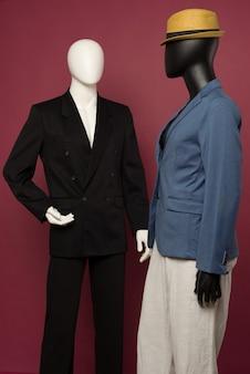 Deux mannequin homme dans un costume noir et dans un costume bleu et un pantalon blanc sur un rubis