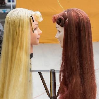 Deux mannequins avec des perruques, arcos de san miguel, san miguel de allende, guanajuato, mexique