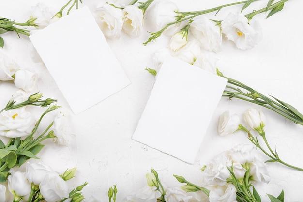 Deux maquettes de cartes 5x3,5 vides avec des fleurs d'eustoma lisianthus blanches en fleurs, élément de design pour invitation de mariage, merci ou carte de voeux. fond de printemps