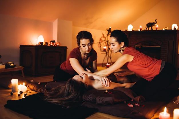 Deux massothérapeute faisant un massage de guérison, massage à quatre mains. femme, apprécier, délassant, masser, santé, spa, traitement