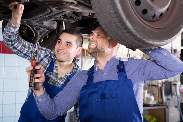Deux mécaniciens automobiles à l'atelier