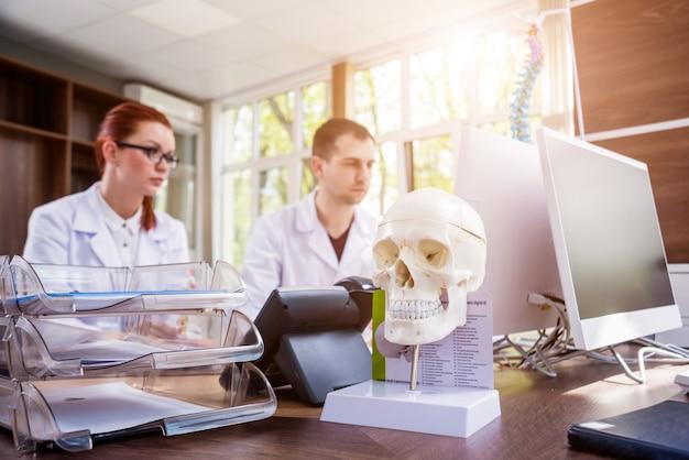Deux médecins ayant un conseil médical à l'hôpital. discuter des problèmes médicaux.