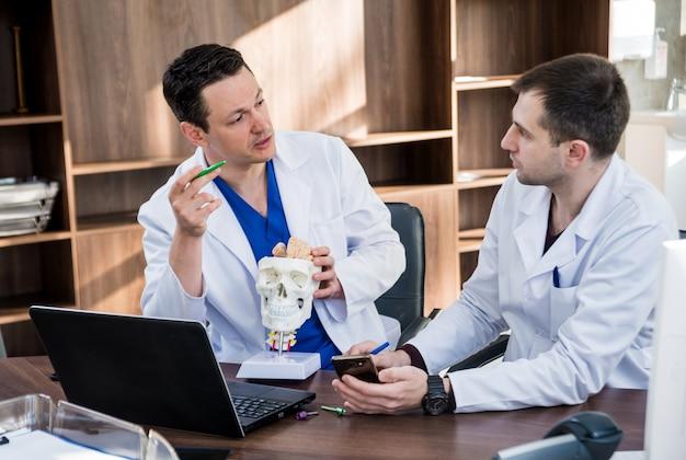 Deux médecins ayant un conseil médical à l'hôpital.