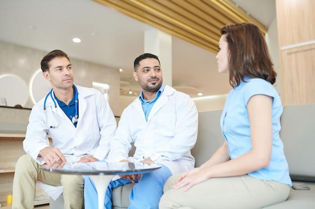 Deux médecins consultant un patient