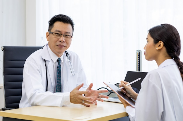 Deux médecins discutant