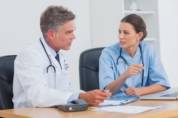 Deux médecins discutent et travaillent ensemble