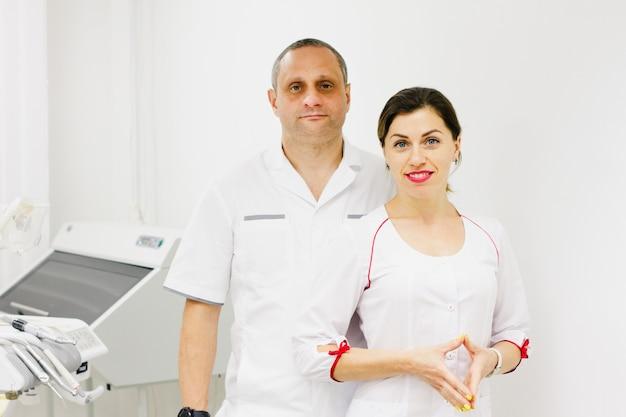 Deux médecins sur fond de matériel médical.