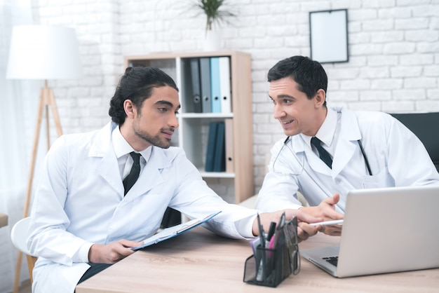 Deux médecins se consultent dans le cabinet du médecin.