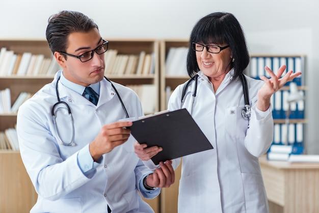 Deux médecins travaillant dans le laboratoire