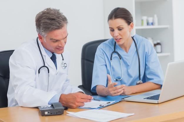 Deux médecins travaillant sur un dossier important