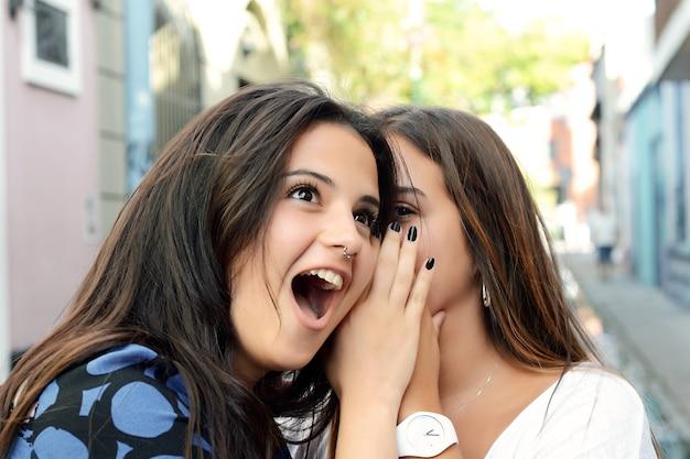 Deux meilleurs amis partagent des secrets.