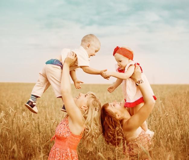 Deux mères avec enfants dans le champ