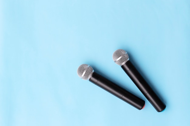 Deux microphones argent vocaux sans fil pour les enregistrements audio, karaoké sur fond clair