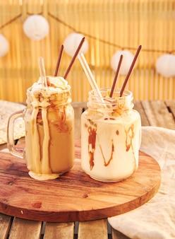 Deux milkshakes dans des verres avec des pailles sur une table