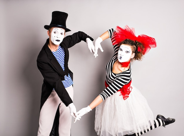 Deux mimes montre le cœur. coeur de pantomime, concept d'amour, concept de poisson d'avril.