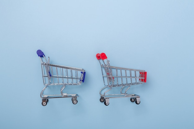 Deux mini caddies sur fond bleu vue de dessus espace de copie - image