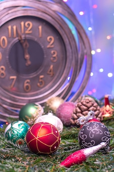 Deux minutes jusqu'à minuit. grande horloge comptant les derniers instants avant noël ou le nouvel an