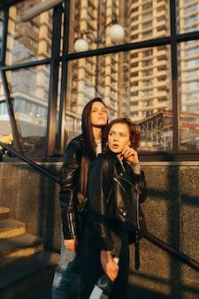 Deux modèles attrayants en vêtements de mode de rue